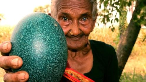 老奶奶山上捡到两个绿色巨蛋,用斧头劈开后,全家人都乐坏了!