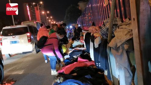 贵阳大妈马路上摆摊卖衣服,车辆与顾客擦身而过:我都觉得危险