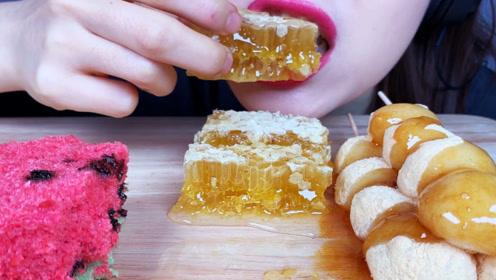红唇姐迷人吃播,西瓜面包,蜂巢蜜加团子,看着真馋人