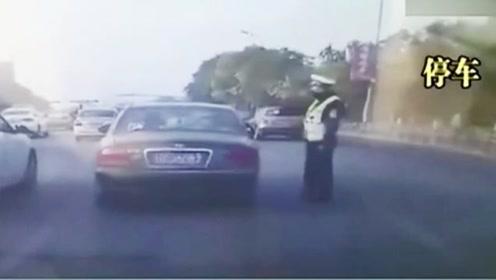 男子驾车行驶,被交警叫停检查瞬间,加速冲撞交警致其死亡