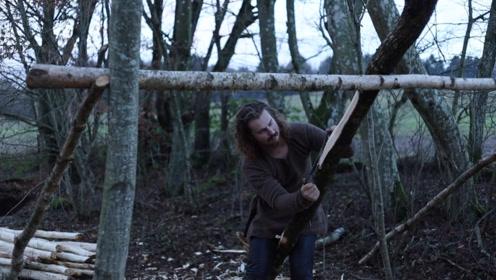 原始技术,流浪小哥用一天时间削了一堆木头,我猜他要盖庇护所了