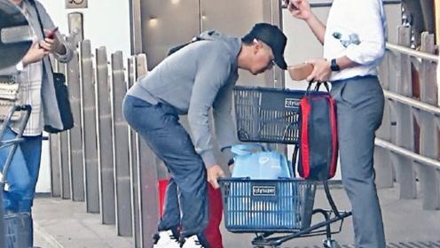 甄子丹陪老婆汪诗诗逛超市 亲力亲为推三大袋食品
