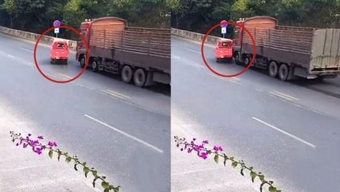 """监拍:""""任性""""三轮摩托车不看路况随意变道 遭货车撞倒推行5米"""