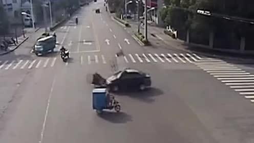 三轮车无视交规闯红灯,被直行车撞的面目全非