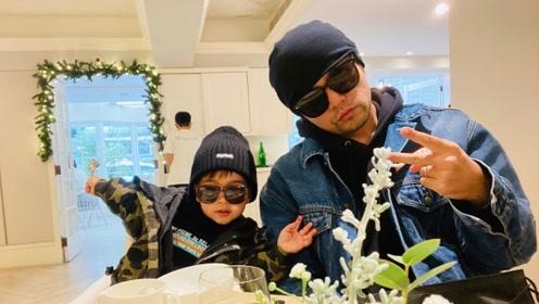 昆凌分享周杰伦和儿子的互动视频,小小周对镜比V卖萌喊:爸爸陪我