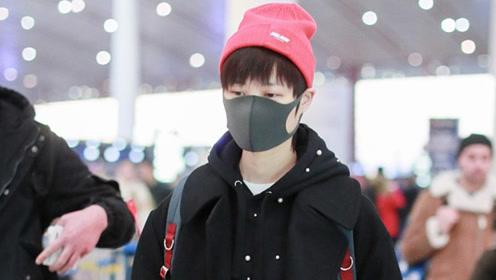 李宇春穿黑风衣戴小红帽又帅又萌 气场强大尽显御姐风范