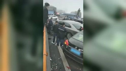 最新消息:贵州习水37车高速相撞 多人受伤、1人重伤
