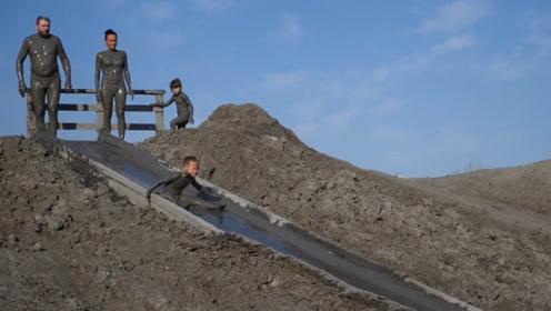 把泥做成滑梯来玩,战斗民族就是不一样,洗泥浴都能玩出花样
