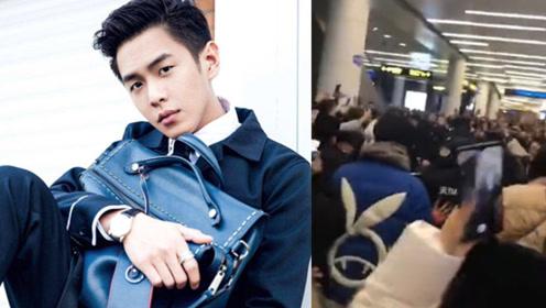 """张若昀在机场被热情接机,现场拥挤险些摔倒,粉丝高喊""""别挤了"""""""