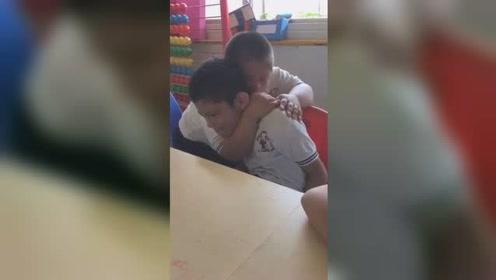 唐氏男孩儿拥抱自闭症朋友:别哭我们做朋友