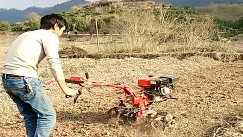 少壮不努力,老了你就会像他这样,面朝黄土背朝天,在地里开耕地机!