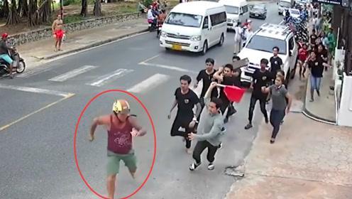 监拍:美游客在普吉岛与服务员发生争执 遭全餐厅员工当街追着打