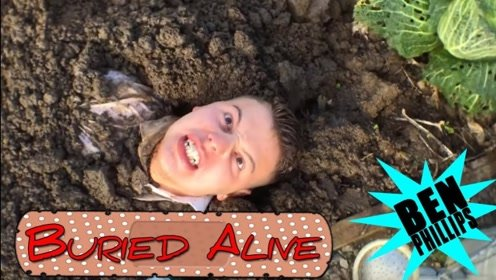 哥哥将喝醉酒的弟弟埋在土里,醒来后直接被埋,这就很尴尬了