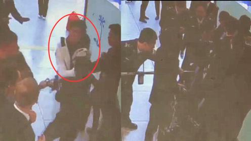 男子为见女友强闯厦门机场安检被拘!监拍:多名工作人员将其控制