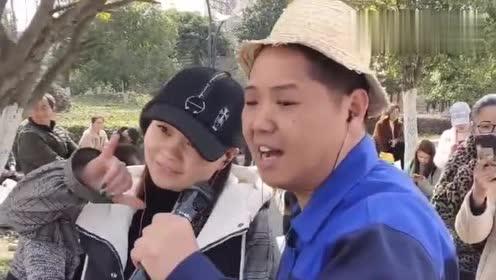 农民工街头唱歌,一开嗓被路人纷纷拍照,不去中国好声音可惜了