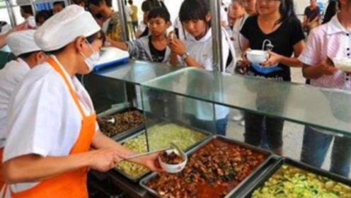 为什么学校食堂阿姨宁愿倒掉饭菜,也不给学生多打点?今天终于明白了!