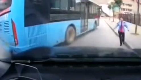 行车记录仪拍下的,公交车突然溜车撞了过来,谁的责任?