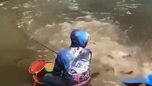 搞笑视频:大哥 你能不能尊重一下我 我在钓鱼呢