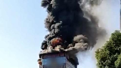 """航拍民房顶楼大火,滚滚浓烟直冲云霄,屋顶被烧剩""""骨架"""""""
