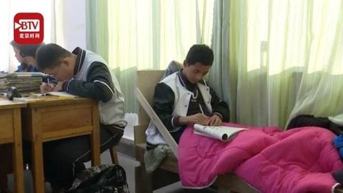 """16岁""""瓷娃娃""""骨折后带病床上课 全班同学给他当陪护"""