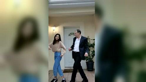 法国老爸带闺女演绎中国舞曲,这觉悟就是高!