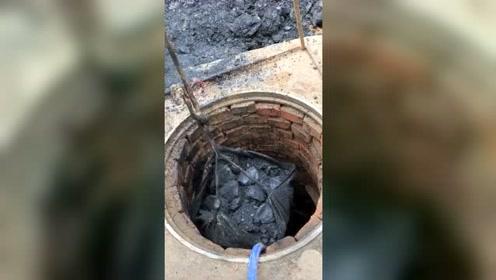运气来了挡也挡不住,本想把水井扩容,结果打到了黑东西!