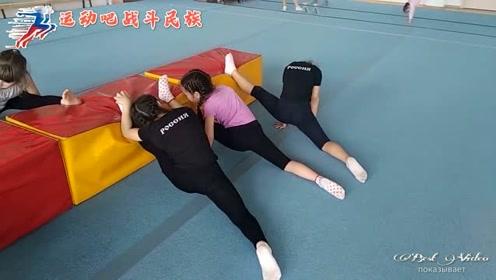 乖乖趴成一排压腿!俄罗斯的体操小萝莉每天都活在拉伸的痛苦里