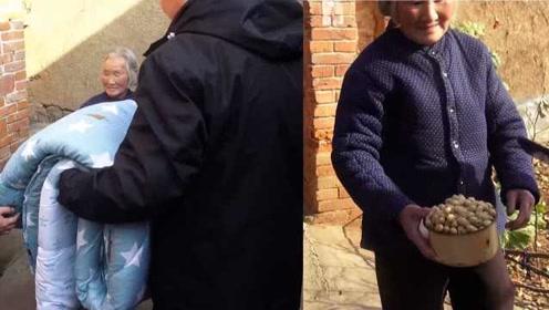 冬日的温暖!志愿者给山区老幼送衣物,老人拿花生感谢