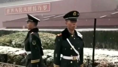 风雪中站岗纹丝不动,这就是我们的军人精神!真让我们感到无比的骄傲!