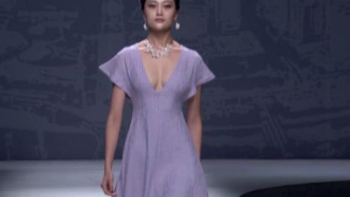 轻盈的淡紫纱衣,尽显美模婀娜曼妙,让人挪不开眼!