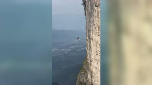 """刺激!实拍""""中国第一""""跳下万丈悬崖瞬间,周围人群尖叫连连"""