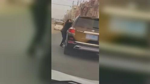 大妈扒车与司机理论 女子气不过一脚油门载人飞奔