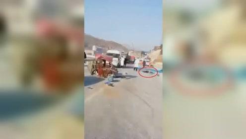 运氧皮卡车与运煤气罐电三轮车相撞 造成至少2人死亡