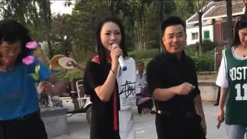 小伙和美女一同户外演唱!虽然唱的很好!但旁边大爷也太抢镜了