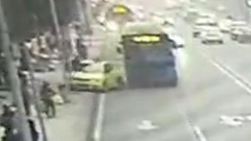出租车超车后突然变道停车 被后方公交撞上人行道