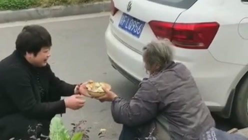 阿姨给坐路边的老奶奶送热乎饭,看到阿姨的所做所为真感动。为她点赞。