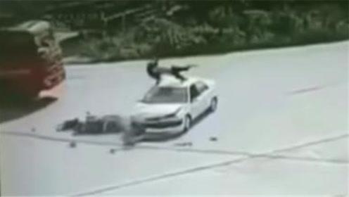 男子骑车撞小车腾空360度飞上车顶 监控记录惊险瞬间