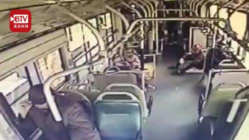 农民工坐公交怕弄脏座椅坐地上 司机请其入座:您在我心里是最干净的!
