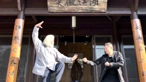 """复出拍戏?李亚鹏张纪中""""笑傲江湖""""牌匾下合影,满满的回忆杀"""