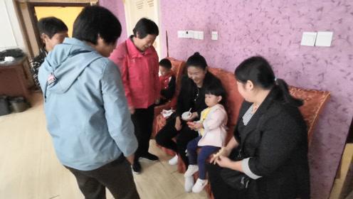妈妈带宝宝参加喜宴,宝宝被姨奶奶们包围了,躲在妈妈怀里!