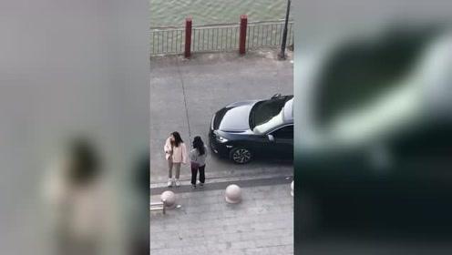 """女司机开车直接把""""球""""撞飞了,这水平能去踢国足吗?"""