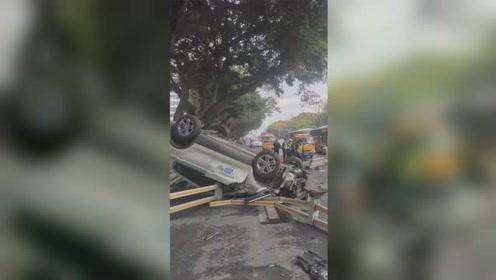 共享汽车与电动车相撞致1死 汽车四脚朝天现场惨烈