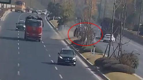 小车失控旋转360度飞到对向车道 白车紧急躲避
