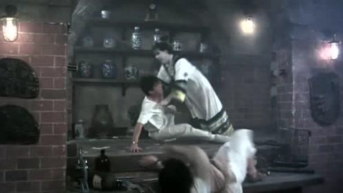 这个男人是值得嫁的,在僵尸扑过来的时候,第一反应就将女友推走