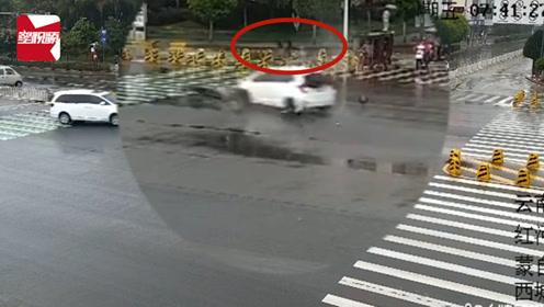 惊险瞬间!轿车抢黄灯遇提前转弯摩托车,司机被撞飞倒地