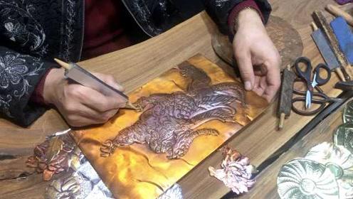 他跟祖父学锻铜浮雕,一幅作品最高卖10万