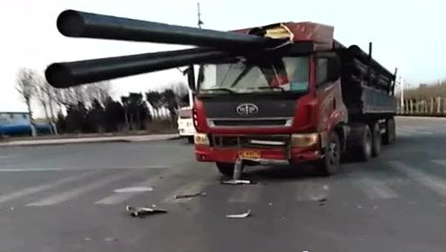 大货车十字路口避让电动车,结果一个急刹车就成了这样,太可怜了!