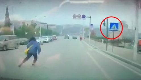 女孩穿马路突然回跑遭小车撞倒 监控还原事发瞬间