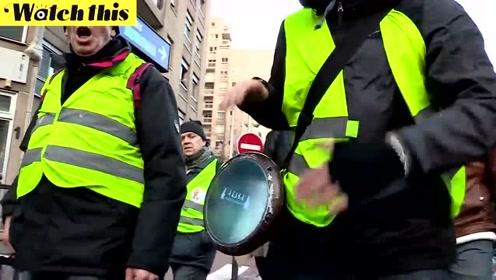 法国黄背心运动持续 警察拖走示威者