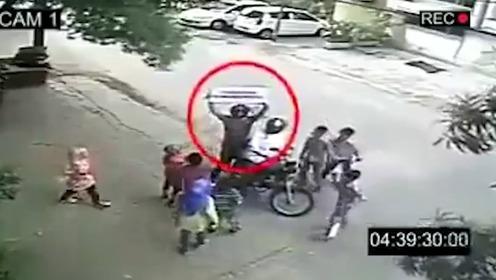 国外两小伙为提醒家长孩子容易被绑 扮成绑匪当街抢孩子